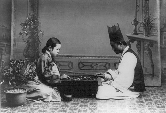 1900년대 초 여성과 남성이 바둑두는 풍경. 신선하게 다가오네요. - 국회도서관 제공